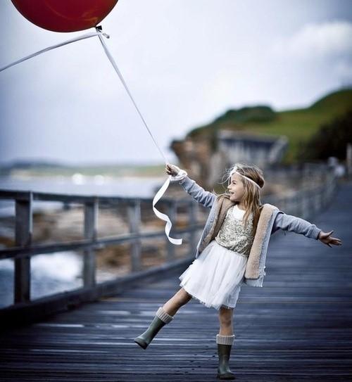Photo d'une enfant avec un ballon