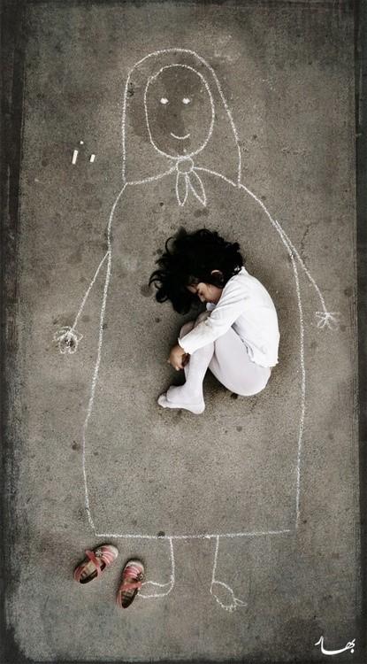 Photo d'une enfant au sol